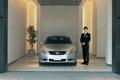 Вот здесь, в так называемом «представительском зале Lexus» у посетителей и должен, по мысли организаторов, возникнуть импульс к приобретению автомобиля. На фото, конечно, нелегко заметить зеркало в задней части левой стены. Но на самом деле оно есть, и довольно крупное.