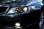 Узкие фары особой конфигурации подчеркивают спортивность машины.
