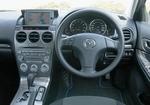 Передняя панель в салоне Mazda Atenza Sport.