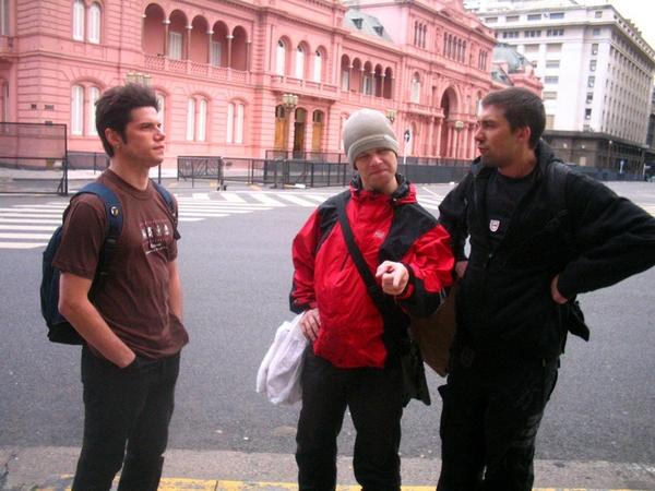 Розовое здание на заднем плане - президентский дворец в Буэнос-Айресе. Каждый представил себя президентом...