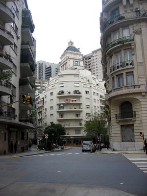 Обычный жилой район Буэнос-Айреса.