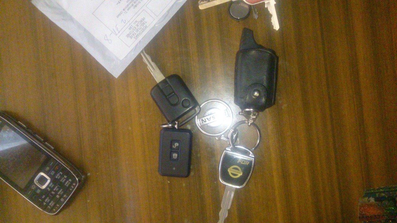 Ключик с кнопкой открывания стекал багажника.