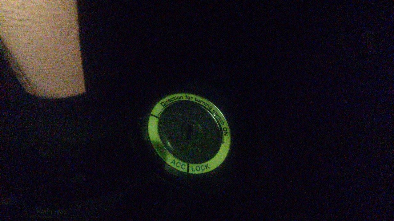 Новое кольцо замка зажигания в темноте.