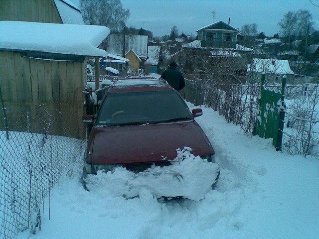 Из-за уклона дороги стащило к забору) Немного раскатав снег едем дальше)