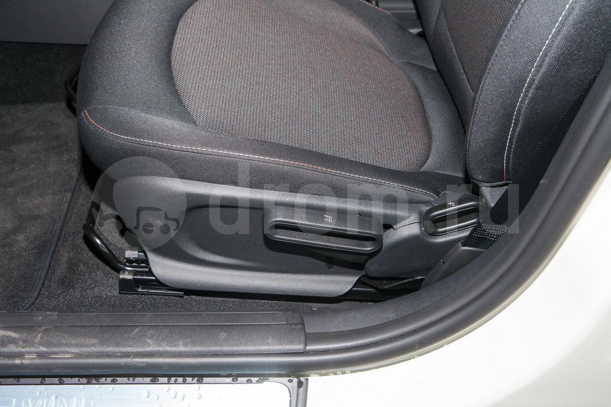 Регулировка передних сидений: Ручная регулировка высоты сиденья водителя / Ручная регулировка высоты передних сидений (опция)