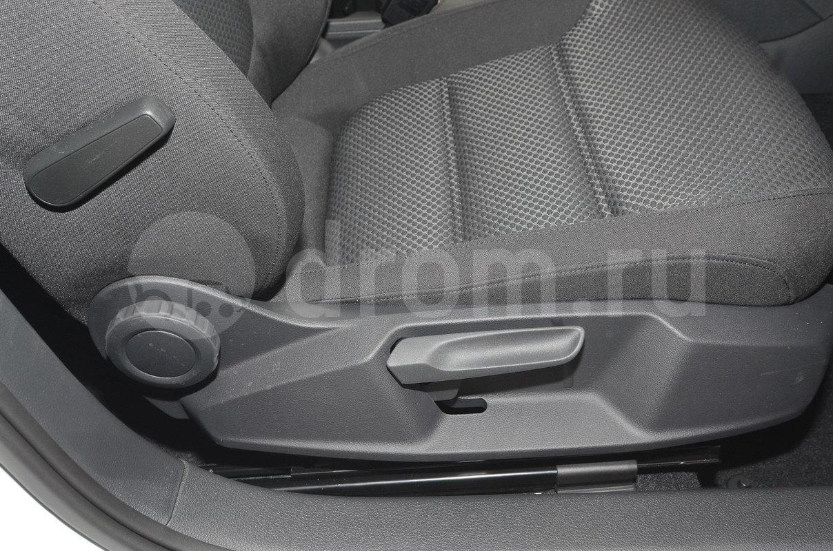 Регулировка передних сидений: Ручная регулировка высоты обоих передних сидений