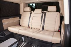 Третий ряд сидений: трехместный цельный диван, с продольным перемещением