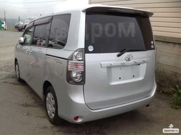 Toyota Voxy, 2010 год, 810 000 руб.