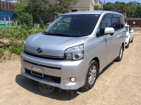 Toyota Voxy, 2012 год, 1 120 000 руб.