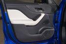 Декоративная отделка: Черная глянцевая отделка с рисунком Houndstooth, рулевое колесо с эмблемой S