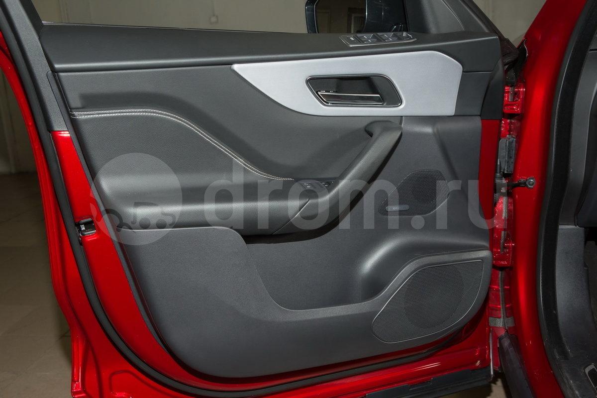 Декоративная отделка: Черная глянцевая отделка, рулевое колесо с эмблемой R-Sport