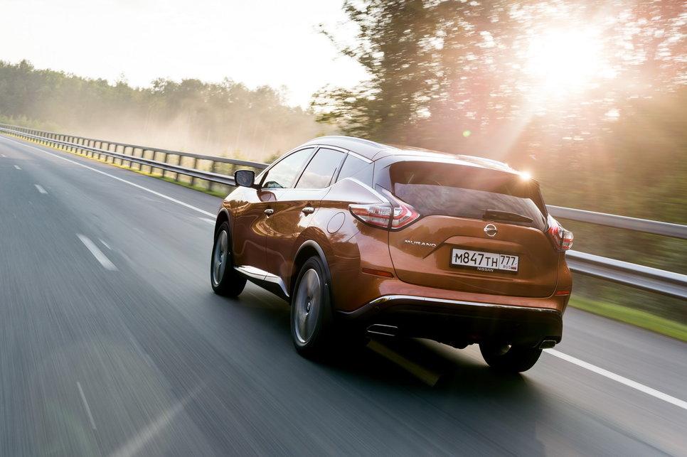 Ходовая часть Nissan Murano явно не заточна под «спорт». Но даже при таких комфортных настройках управляется кроссовер понятно и легко. И все же при переборе со скоростью в поворотах, естественно, присутствуют и крены, и небольшой снос передней оси