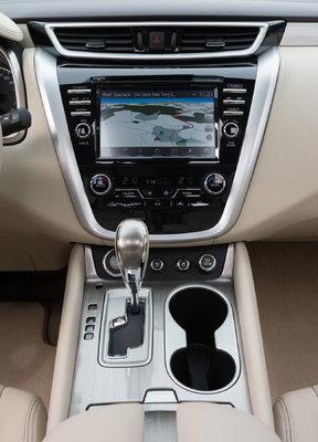 По центру — 8-дюймовый экран мультимедиа, «климата» и навигации с функцией мульти-тач. Меню и управление интуитивно понятны. Впервые на Nissan присутствует управление голосом
