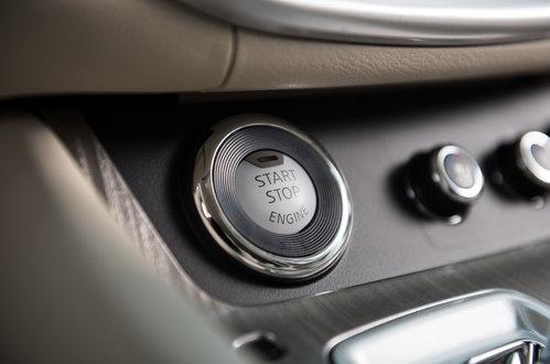 Кнопка запуска двигателя расположена слева на центральном тоннеле