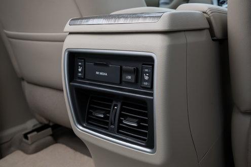 Для задних пассажиров предусмотрены отдельные воздуховоды, подогрев сидений и разъемы HDMI и USB