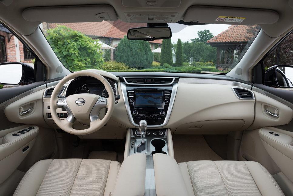 Интерьер Nissan Murano — с иголочки новый, но он чтит традиции, заданные во втором поколении модели: комфорт, простор, хорошие материалы и качество отделки. В России будет доступно два цвета — светлый кремовый и более строгий черный