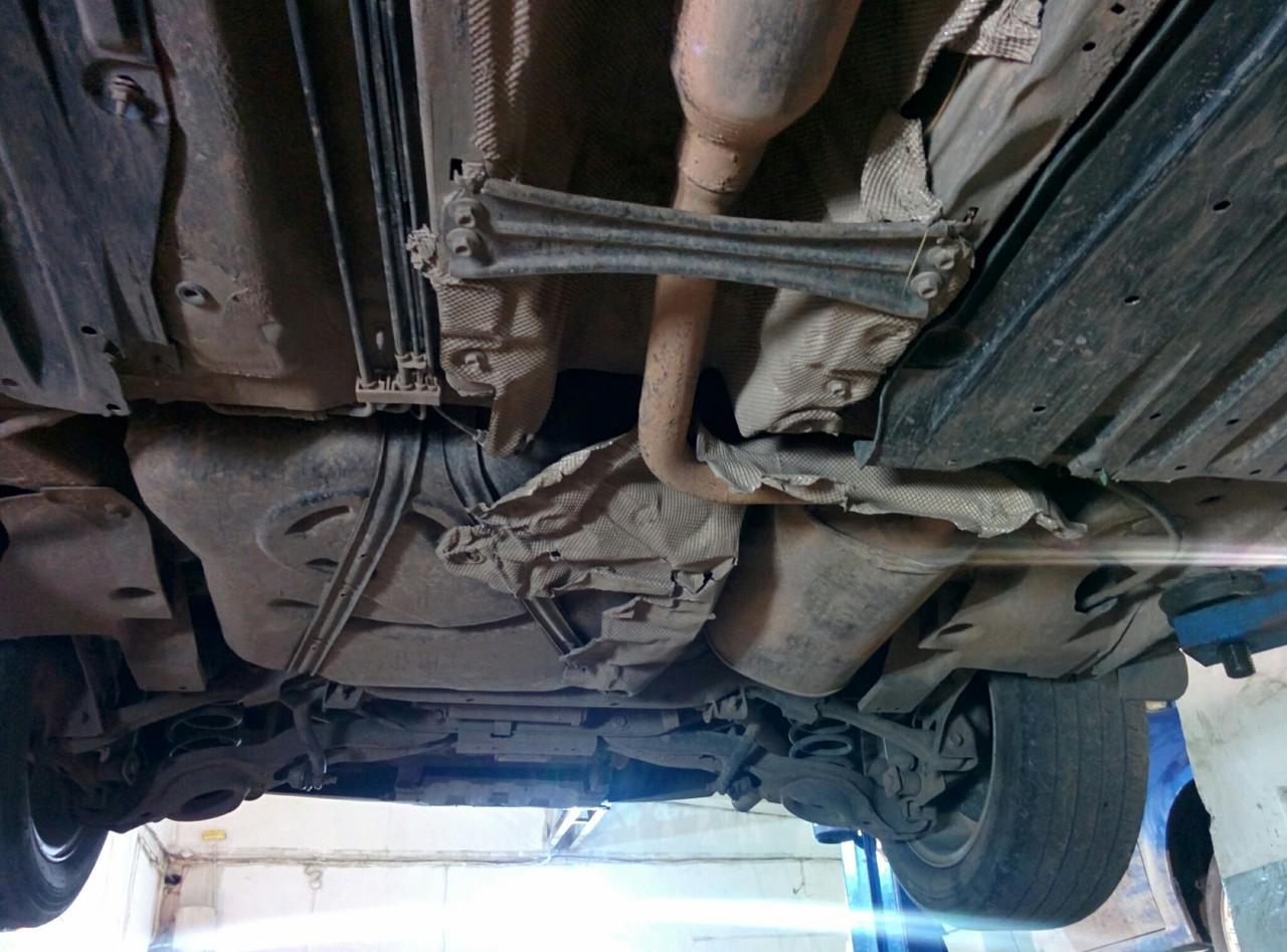 Машина низкая. Термоэкран и глушитель пострадали от прежнего владельца.