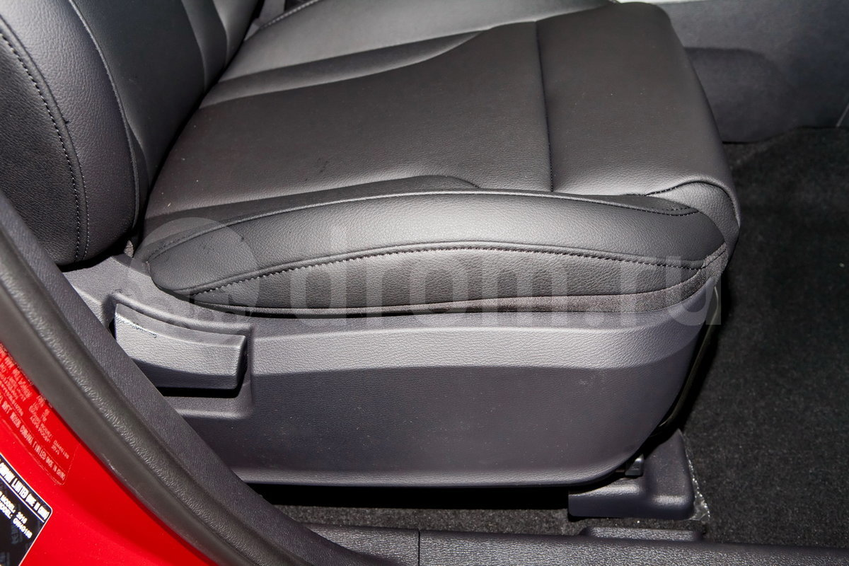 Регулировка передних сидений: Регулировка сиденья водителя по 6-ти направлениям, пассажирское сиденье спереди с регулировкой по 4 направлениям