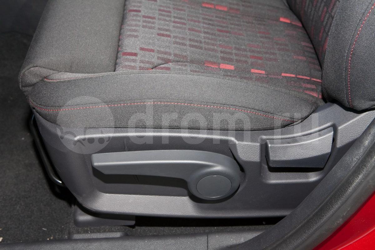 Регулировка передних сидений: Ручная регулировка сиденья водителя по 6-ти направлениям, пассажирское сиденье спереди с регулировкой по 4 направлениям