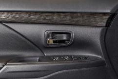 Декоративная отделка: Обшитый кожей рычаг переключения передач, хромированные внутренние ручки дверей