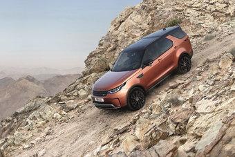 Будучи семейным авто, новый Discovery по-прежнему внедорожник: автомобиль построен на архитектуре от старшего брата Range Rover.