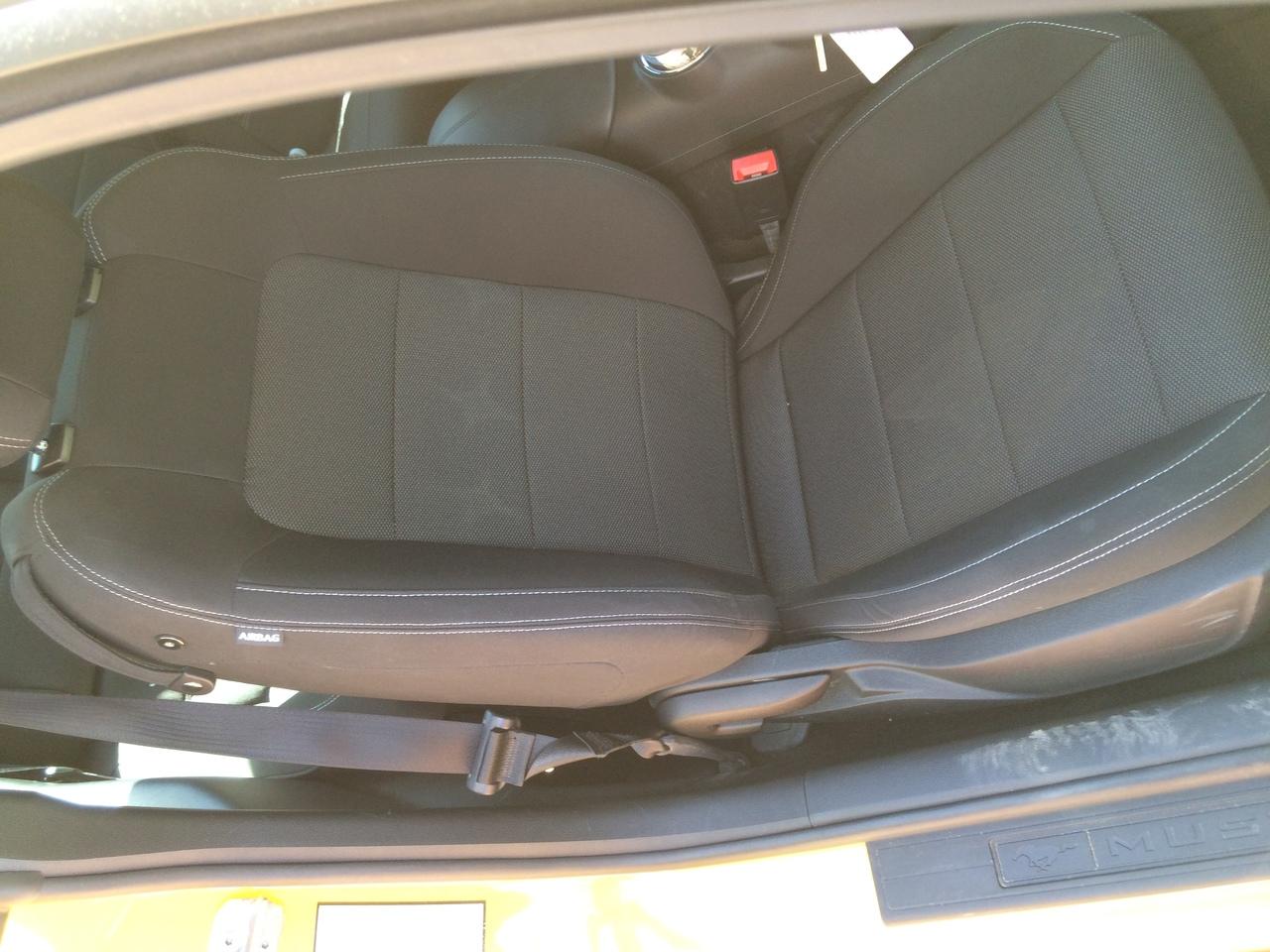 Пассажирское сидение полностью механическое. Но такое же удобное, как и водительское.