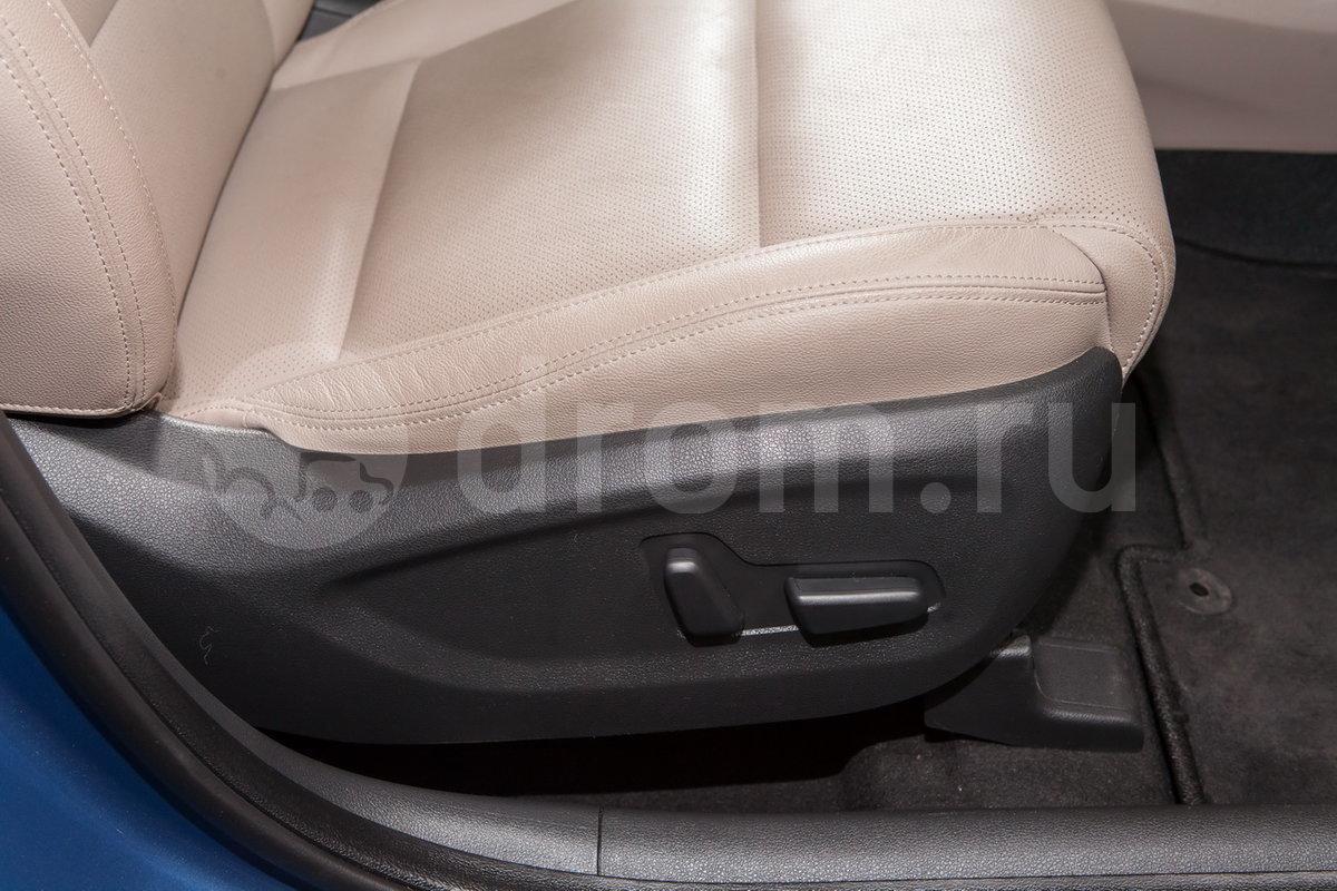 Регулировка передних сидений: Электрорегулировки сиденья водителя в 10 направлениях, сиденья пассажира в 8 направлениях