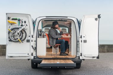 Nissan сделал из фургона «офис на колесах»