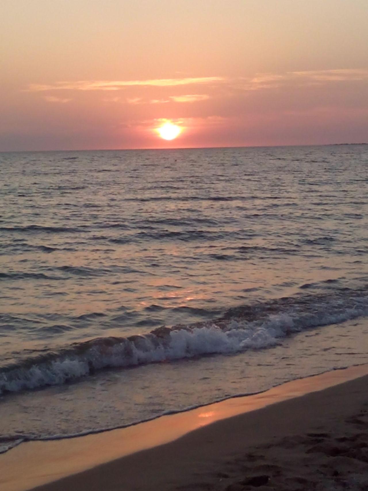 Прекрасен закат солнца на море.