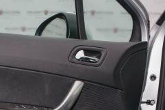 Декоративная отделка: Хромированные ободки передних воздуховодов, хромированные внутренние ручки передних дверей, алюминиевые накладки на педали и место для отдыха ноги