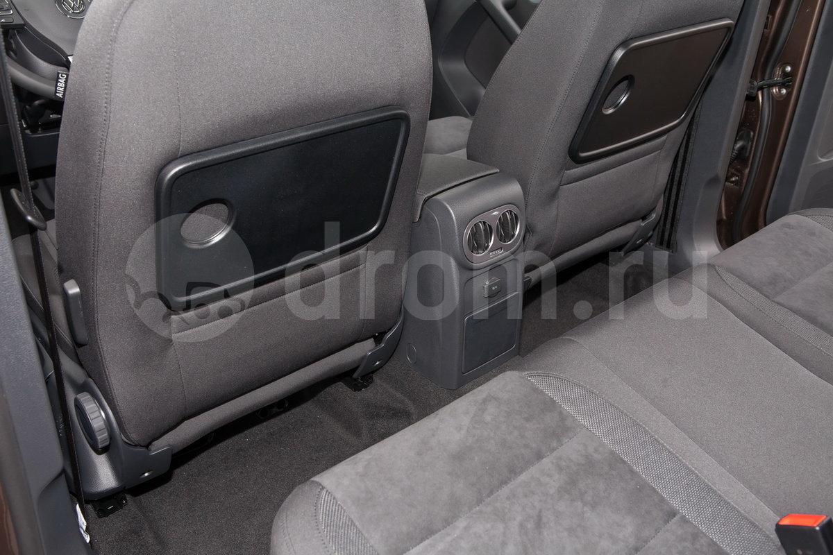 Дополнительно: Складные столики на спинках передних сидений, накладки на пороги в цвет кузова, боковые хромированные молдинги, расширители колесных арок