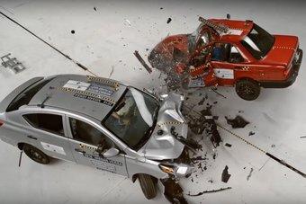 Автомобиль получил катастрофические повреждения при столкновении с бюджетным Nissan Versa. Перед ударом машины разогнали до 64 км/ч.