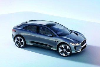 Jaguar I-Pace построен на новой платформе с двумя электромоторами и расположенными под полом литий-ионными аккумуляторами жидкостного охлаждения.