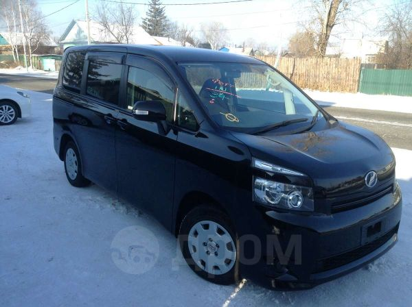 Toyota Voxy, 2010 год, 855 000 руб.