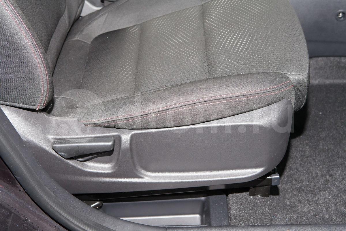 Регулировка передних сидений: Регулировка сидения водителя в 6 направлениях, пассажира - 4 направлениях