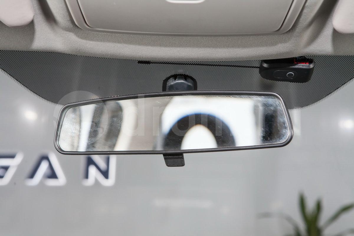 Зеркало заднего вида с противоослепляющим эффектом: да