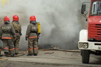 МЧС сообщает, что в первые минуты пожара владелец машины сам пытался потушить огонь, но потерпел неудачу — у мужчины ожоги 10% тела.
