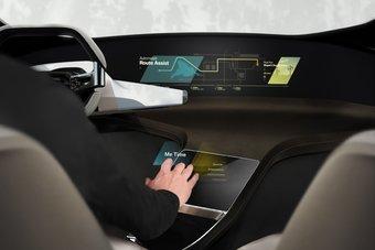 Работающие по схожему принципу проекционные дисплеи, отображающие информацию на лобовом стекле, получили довольно широкое распространение в современных автомобилях.