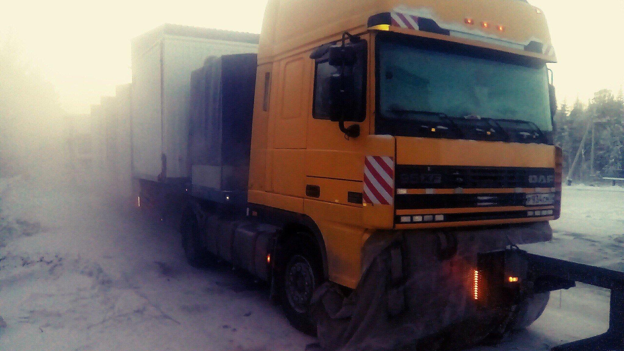 Сосет дальнобойщику в грузовике в hd