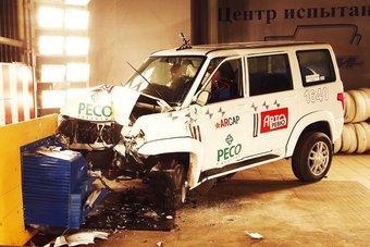 В ходе краш-теста кузов Патриота удержался на раме, но пол в ногах водителя сильно деформировало.