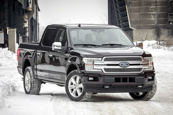 Снаружи модернизированный Ford F-150 можно узнать по решетке радиатора и фарам с LED-элементами.