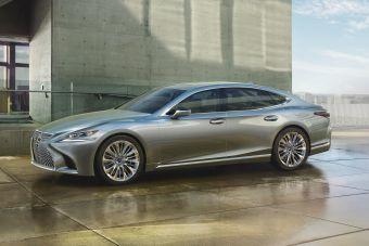Новый LS стал первым седаном Lexus с шестью боковыми окнами. Также впервые в седане Lexus выполненные заподлицо окна плавно объединили с боковыми стойками.