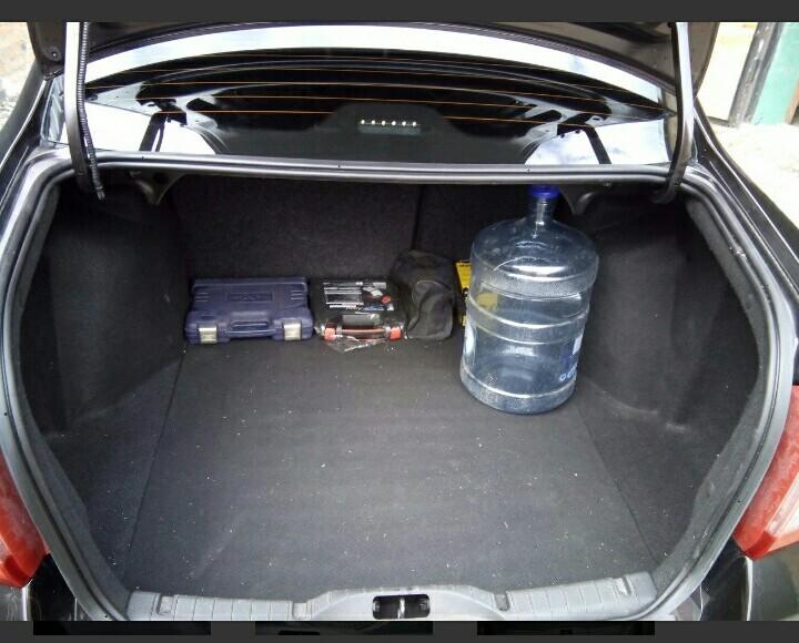 Фото не мое. Своровал на Дроме для того, чтобы Вы могли оценить размер багажника. Бутыль 19 литров из под воды.