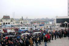 Во Владивостоке около пяти сотен человек вышли на собрание против обязательной установки системы безопасности ЭРА-ГЛОНАСС в подержанные импортные автомобили.