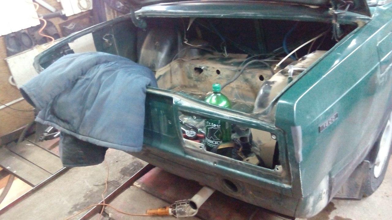 Разобрали багажник. Вырезали окно чтобы спустить запаску
