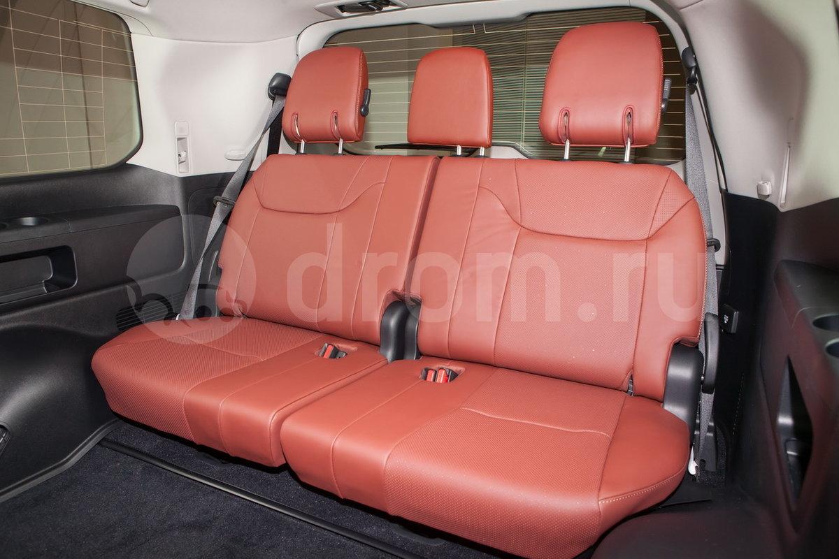 Третий ряд сидений: Сиденья третьего ряда, складывающиеся в пропорции 50:50 электроприводом
