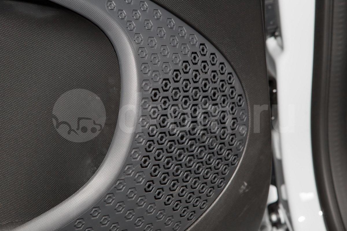 Дополнительное оборудование аудиосистемы: 2 динамика, USB, AUX, голосовое управление