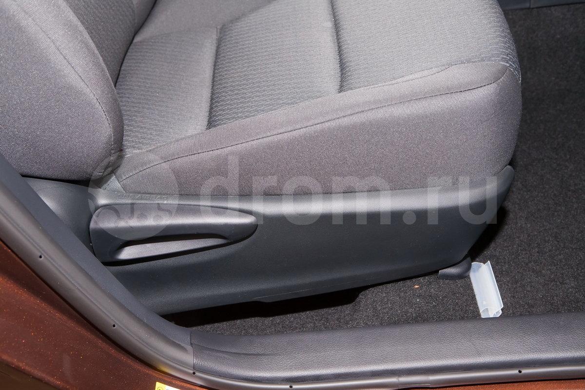 Регулировка передних сидений: Механическая регулировка водительского сидения в 6 направлениях, пассажирского в 4 направлениях