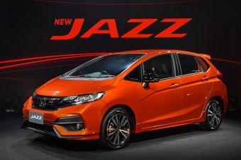 Спереди машина получила решетку радиатора и бампер в новом стиле, который пересекается с Civic последнего поколения.