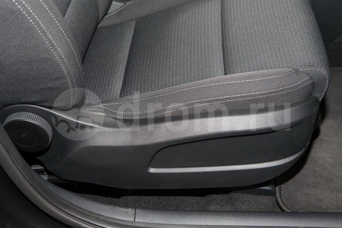 Регулировка передних сидений: сиденье водителя регулируется по высоте, электрорегулировка поясничного подпора сиденья водителя
